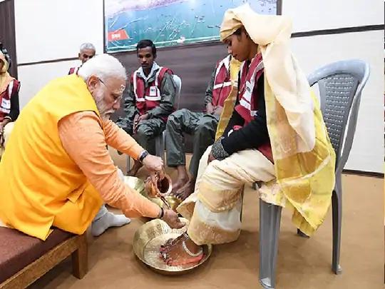 કુંભ 2019માં વડાપ્રધાન નરેન્દ્ર મોદીએ સફાઈ કામદારોના પગ ધોઈને વિશ્વને એક મોટો સંદેશ આપ્યો હતો. આજે એ જ સફાઈ કામદારો પાંચ મહિનાથી પગાર વગર જ કામ કરી રહ્યા છે. - Divya Bhaskar