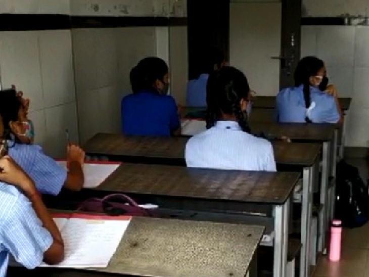 શાળાઓમાં માસ્ક અને સેનિટાઈઝર સહિતની તમામ વ્યવસ્થા કરવામાં આવી હતી