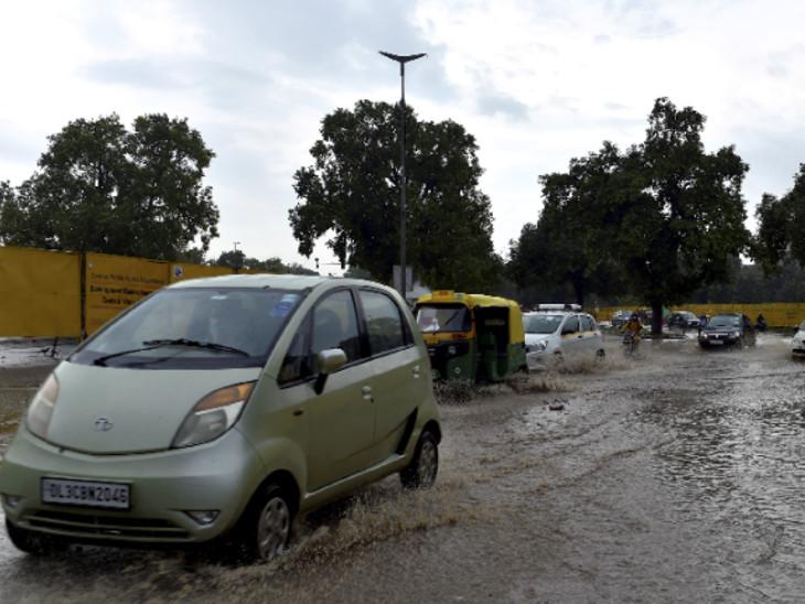 દિલ્હીના પ્રગતિ મેદાનની પાસે પાણી ભરાયેલા રસ્તા પરથી પસાર થતા વાહન.
