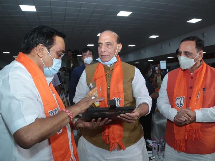 સંરક્ષણમંત્રી રાજનાથ સિંહની ઉપસ્થિતિમાં વિશેષ એપ્લિકેશનો અને પ્રોગ્રામ્સથી સજ્જ 750 કાર્યકરને ટેબ્લેટ અપાયાં હતાં.