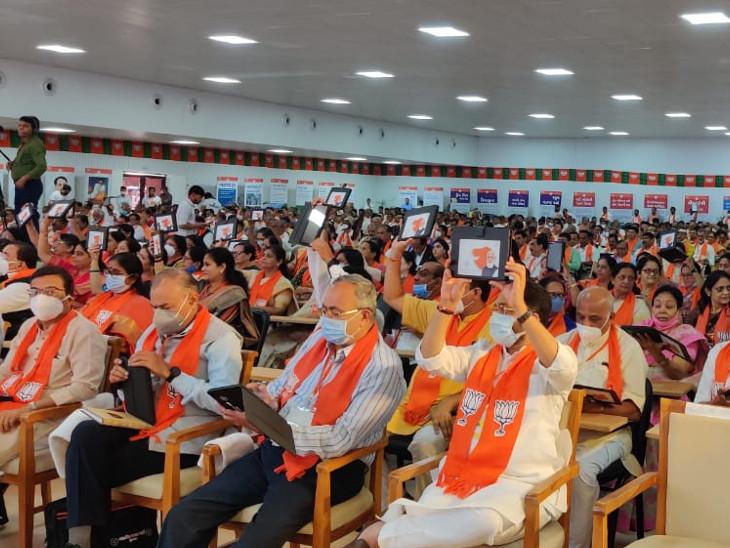 કેન્દ્રીય સંરક્ષણમંત્રી રાજનાથ સિંહ અને CM રૂપાણીએ પ્રદેશ કારોબારીની બેઠકનો પ્રારંભ કરાવ્યો.