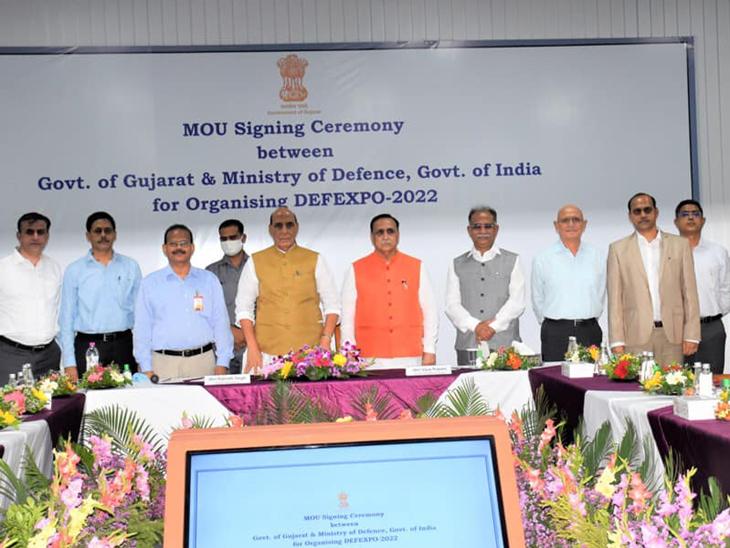 અધિકારીઓ સાથે સંરક્ષણમંત્રી રાજનાથસિંહ અને મુખ્યમંત્રી રૂપાણી - Divya Bhaskar