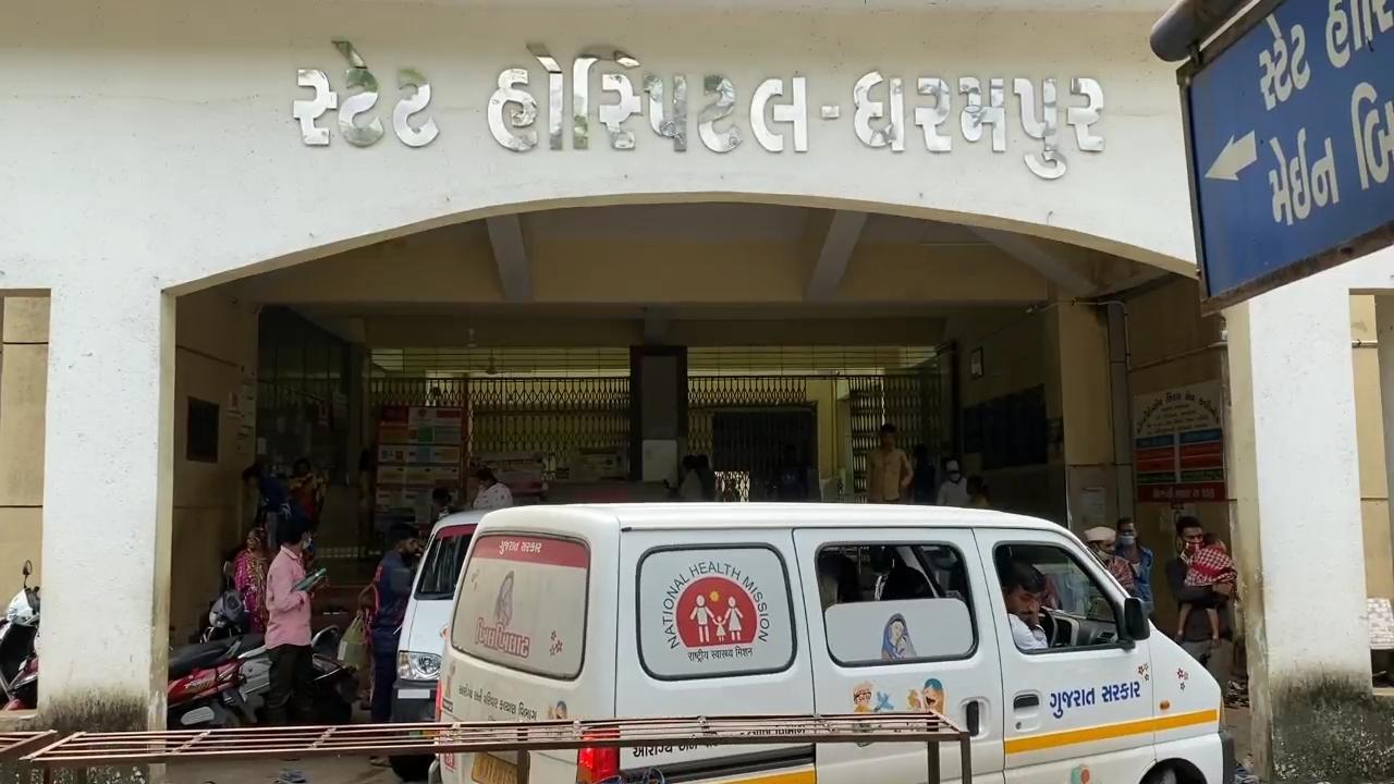 વલસાડના ધરમપુરની સ્ટેટ હોસ્પિટલમાં 4 દર્દીઓને એક્સપાયરી ડેટ વાળા ગ્લુકોઝના બાટલા ચઢાવવામાં આવ્યા, પરિવારનું ધ્યાન જતા હોસ્પિટલમાં હોબાળો વલસાડ,Valsad - Divya Bhaskar