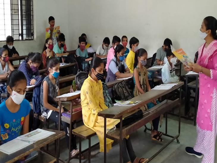 ઇડરની કે.એમ.પટેલ હાઇસ્કૂલમાં 50 ટકા બાળકો હાજરી સાથે ઓફલાઇન શિક્ષણકાર્ય શરૂ કરવામાં આવતા બાળકો શાળામાં આવ્યા હતા. - Divya Bhaskar