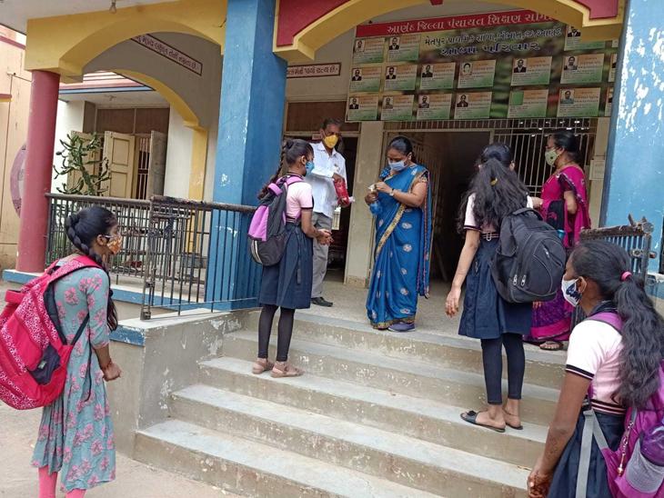મેતપુર પ્રાથમિક શાળામાં  પ્રથમ દિવસે  બાળકો શાળાએ આવતા જ તેઓને સેનેટાઇઝ કરીનેશાળામાં પ્રવેશ આપવામાં આવ્યો હતો. - Divya Bhaskar