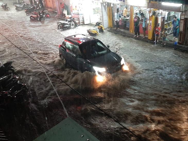 નર્મદા જિલ્લાના વડામથક રાજપીપળામાં વરસાદી પાણી માર્ગો ઉપર ફરી વળ્યા હતા. - Divya Bhaskar