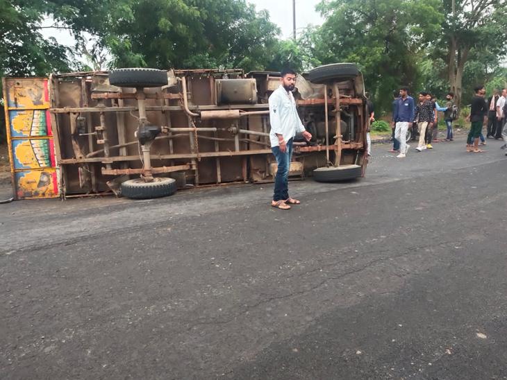 બસલાણા પાસે મિનિ ટ્રક પલટી જતાં 30થી વધુ ઘાયલ, 2 ગંભીર, વિરમગામ-બહુચરાજી હાઈ-વે પર થયેલો અકસ્માત વિરમગામ,Viramgam - Divya Bhaskar