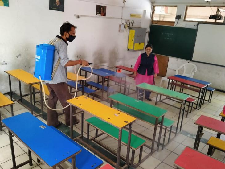 આજથી ધોરણ 6 થી 8 ના વર્ગો શરૂ થવાના હોઈ શાળા સંચાલકો દ્વારા વર્ગોમાં સફાઈ સાથેે સેનેટાઈઝની કામગીરી કરવામાં આવી હતી. - Divya Bhaskar