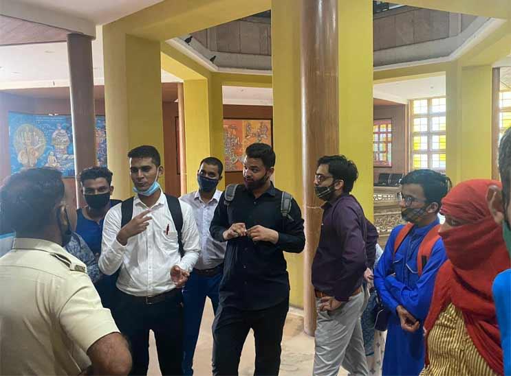 LLBના પરિણામથી નાખુશ વિદ્યાર્થીઓ નારાજગી વ્યક્ત કરવા યુનિવર્સિટી દોડી ગયા - Divya Bhaskar