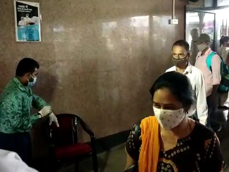 1 અઠવાડિયામાં ઋતુજન્ય રોગના 14,078 કેસ, મનપાનું ચેકિંગના નામે નાટક, રેલવે સ્ટેશને 3 કર્મચારી જ હાજર, મહારાષ્ટ્રના મુસાફરો ચેકિંગ વગર જતા રહ્યાં|રાજકોટ,Rajkot - Divya Bhaskar