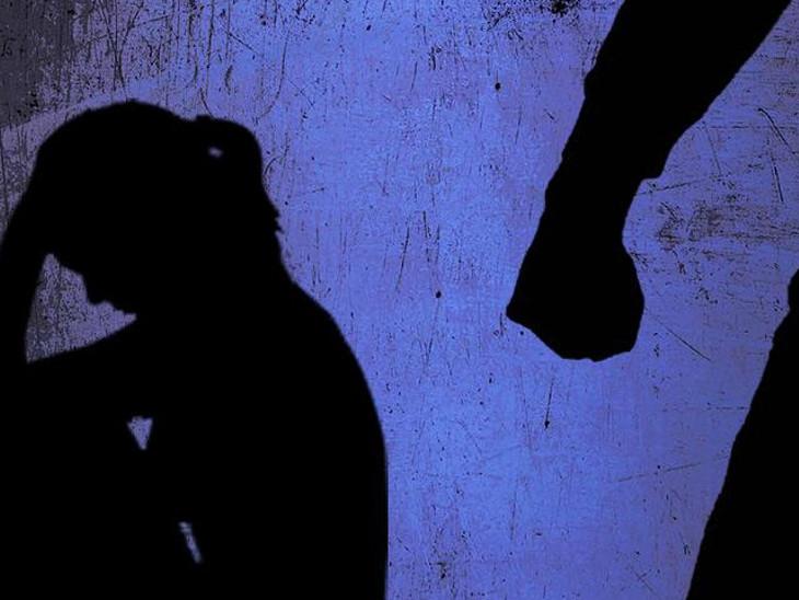 મહિલા પોલીસે પતિ વિરૂદ્ધ સ્ત્રી અત્યાચાર ધાકધમકી સહિતની કલમો હેઠળ ગુનો નોંધી વધુ તપાસ હાથ ધરી(પ્રતિકાત્મક તસવીર)