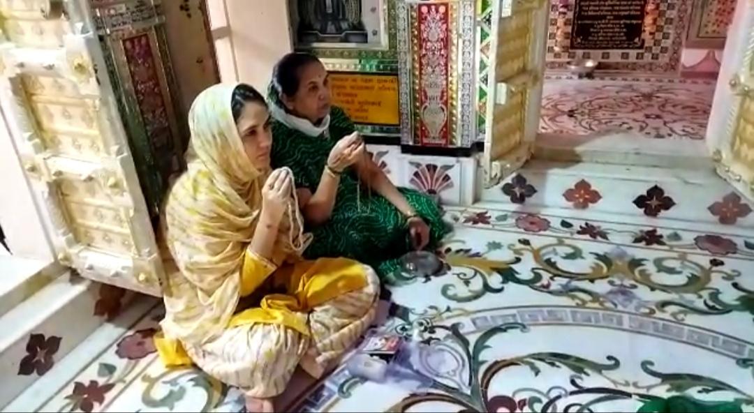 આજથી જૈનોના પર્યુષણ મહાપર્વનો પ્રારંભ થતાં શ્રાવક શ્રાવિકાઓએ પ્રભુની આરાધનામાં લીન થયા - Divya Bhaskar