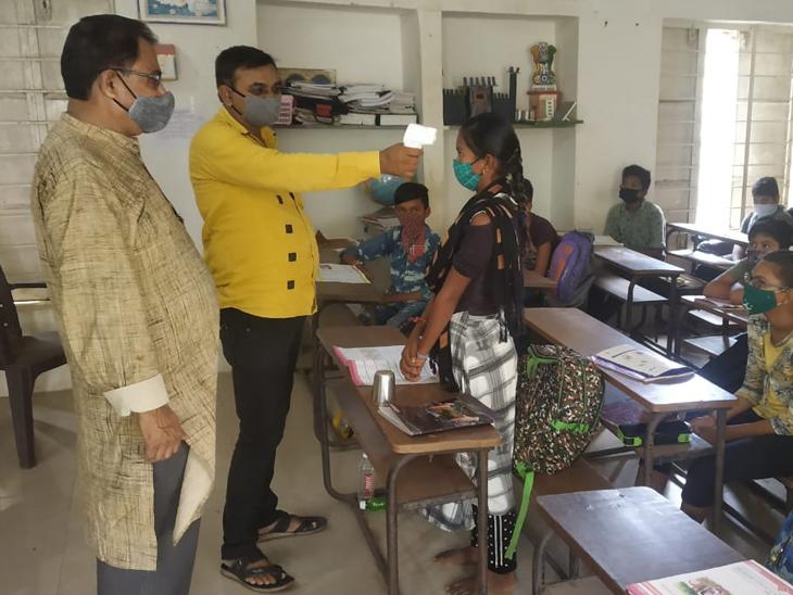 ધોરણ 6 થી 8 ના વર્ગો શરૂ થતાં બાળકો શાળાએ આવી પહોંચતા શાળા સંચાલકોએ કોરોનાની ગાઇડલાઇન મુજબ તપાસ કરી. - Divya Bhaskar