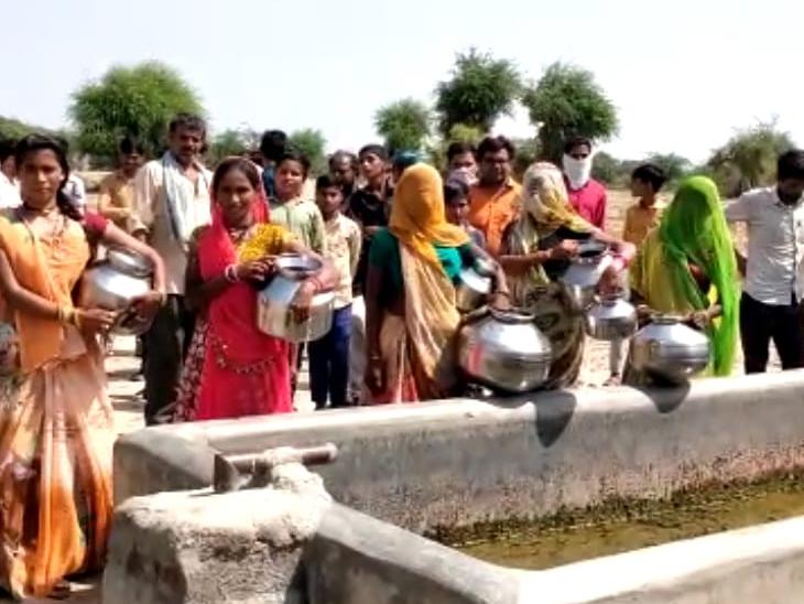 વાવ તાલુકાના ઉચપા અને ચુવા ગામે ત્રણ માસથી  પીવાના પાણી માટે મહિલાઓ બે-ત્રણ કિલો મિટર સુધી રઝળપાટ કરી રહી છે. - Divya Bhaskar