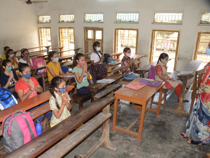 નારાયણી નમો સ્તૂતે: છાત્રોએ વર્ગખંડમાં પ્રાર્થના કરી શિક્ષણકાર્ય શરૂ - Divya Bhaskar