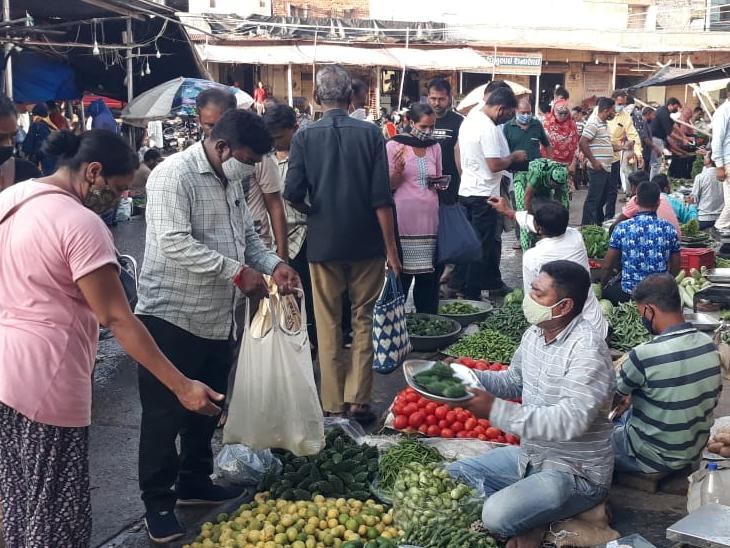 નડિયાદ સંતરામ શાકમાર્કેટમાં શાકભાજી ખરીદતા ગ્રાહકો. - Divya Bhaskar