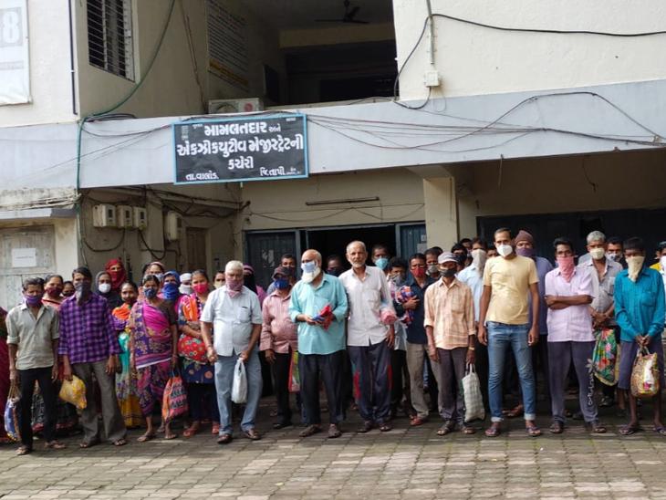 મામલતદાર કચેરીએ ધામો નાખી દુકાનદાર સામે આવેદનપત્ર આપ્યું. - Divya Bhaskar