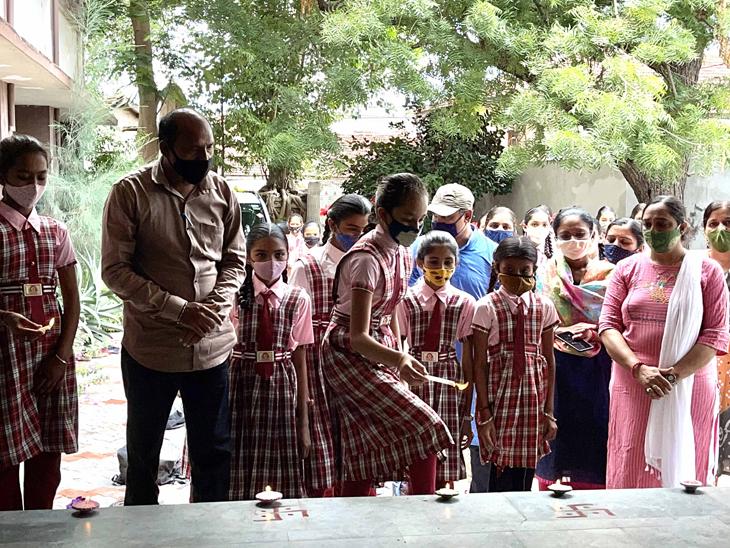 સાયલાના મેઘમુની પ્રા.શાળાના છાત્રોએ શૈક્ષણીક કાર્ય શરૂ થતા સાથીયા-દિપપ્રાગ્ટય સાથે શાળા પ્રવેશ કર્યો હતો. - Divya Bhaskar