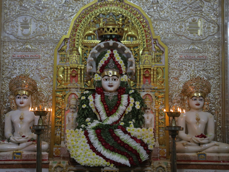 રાંદેરરોડ શ્રી શંખેશ્વર પાશ્વનાથ દેરાસરમાં ભગવાનની પ્રતિમાને સુંદર આંગીની રચના કરાઇ હતી. - Divya Bhaskar