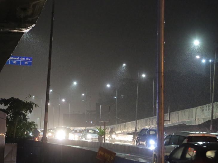શહેરમાં દિવસે હળવા ઝાપટાં, મોડી સાંજે ધોધમાર વરસાદ, ઉકાઇડેમની સપાટી 330.46 ફૂટે, કોઝવે 5.53 મીટર સુરત,Surat - Divya Bhaskar