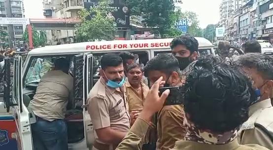 પોલીસે શાક વિક્રેતાઓની અટકાયત કરી