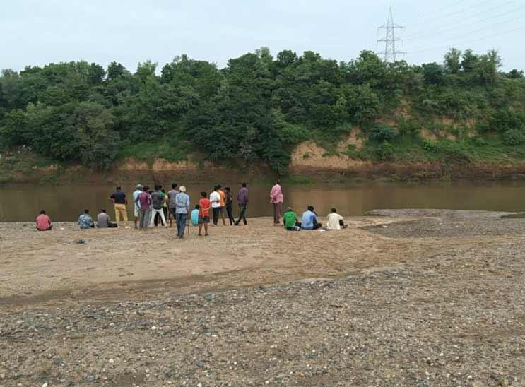 મગર નદીમાં આધેડને ખેંચી જતાં ગામમાંથી લોકો દોડી ગયા