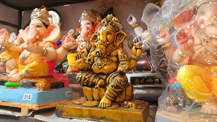 સુરતમાં POPની ગણેશ પ્રતિમાના વેચાણ પર પ્રતિબંધ જાહેર થતાં નવસારીમાંથી કરી રહ્યાં છે પીઓપીની મૂર્તિની ખરીદી નવસારી,Navsari - Divya Bhaskar