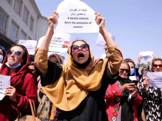 અફઘાન મહિલાઓ તાલિબાન સામે પોતાના અધિકારો માટે અવાજ ઉઠાવી રહી છે. તેઓ માગ કરી રહી છે કે તેમની સિદ્ધિઓ અને ભણતરને સુરક્ષિત કરવામાં આવે. ફોટો કાબુલમાં વિરોધ કરી રહેલાં એક્ટિવિસ્ટનો છે.