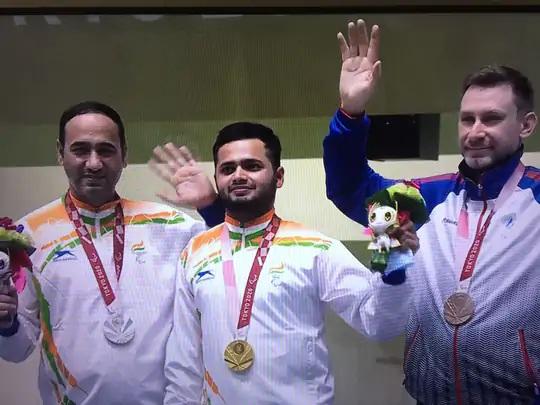ટોક્યોમાં શૂટિંગમાં મનીષ નરવાલ (વચ્ચે)એ ભારત માટે ત્રીજો ગોલ્ડ મેડલ જીત્યો. બીજી બાજુ, સિંહરાજે સિલ્વર જીત્યો. (ડાબે)