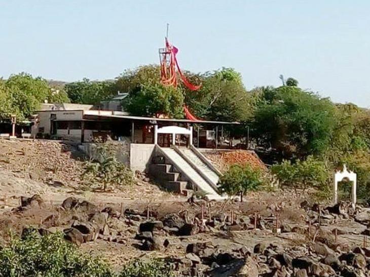 ધારીમાં આવેલું ખોડિયાર મંદિર.
