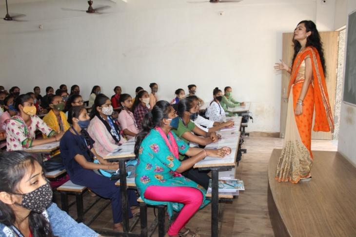નંદકુંવરબા મહિલા કોલેજ દેવરાજનગર ખાતે શિક્ષક દિવસની ઉજવણી કરાઈ|ભાવનગર,Bhavnagar - Divya Bhaskar