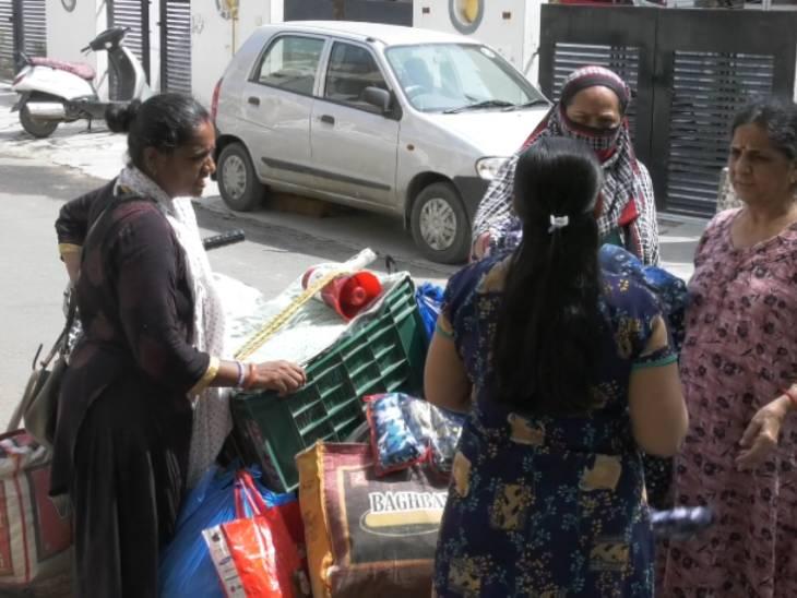 શહેરની મહિલાઓ હવે સામેથી ફોન કરીને કપડાં ખરીદવા બોલાવે છે