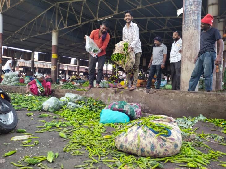 રાજકોટમાં શાકબકાલુ ખેડૂતોએ રસ્તા પર નાંખી દીધું - Divya Bhaskar