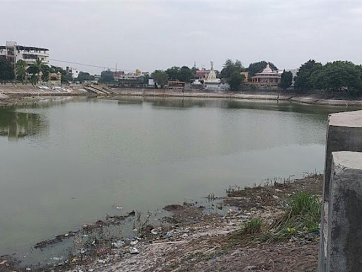 આણંદ શહેરના ગોયા તળાવમાં પાણી નહીં હોવાથી સુકાઈ ગયેલુ તસવીરમાં નજરે પડી રહ્યું છે. - Divya Bhaskar
