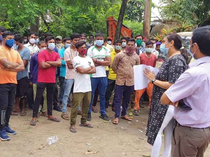 પાલિકાના સીઓએ હડતાલ પર ઉતરેલ રોજમદારો સાથે ચર્ચા કરી હતી. - Divya Bhaskar