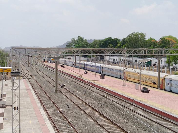 ઉકાઈ-સોનગઢ રેલવે સ્ટેશન પર એક્સપ્રેસ ટ્રેનના સ્ટોપેજ આપવા જીએમને રજૂઆત|સોનગઢ,Songadh - Divya Bhaskar