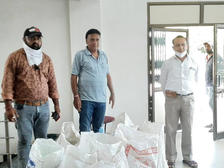દહેગામ 138 કિલો પ્રતિબંધિત પ્લાસ્ટિકનો જથ્થો ઝડપાયો હતો. - Divya Bhaskar