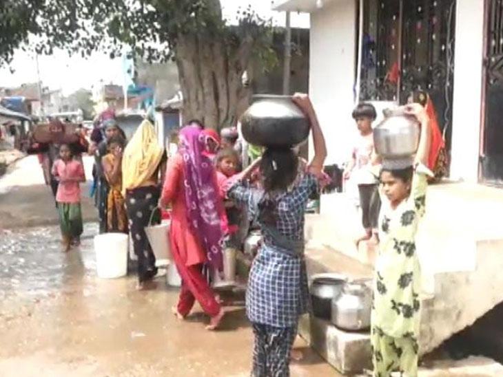 પાંચ દિવસે પાણી આવતાં મહિલાઓ પાણી માટે રઝળે છે. - Divya Bhaskar