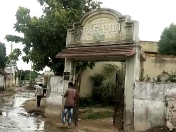 ચંદ્રોડા પ્રાથમિક શાળાના દરવાજા પાસેથી જ ગટરના પાણી રેલાય છે. - Divya Bhaskar