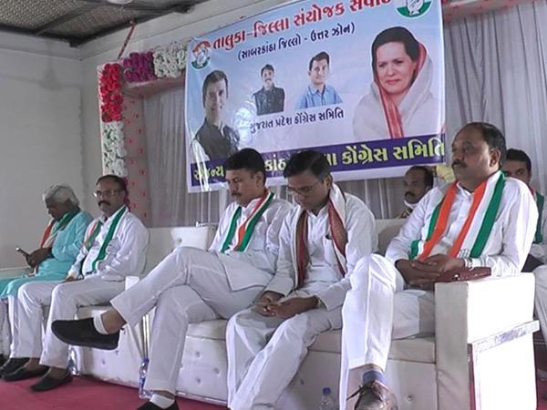ગુજરાત કોંગ્રેસ પ્રદેશ પ્રમુખ અમિત ચાવડાની અધ્યક્ષતામાં શુક્રવારે હિંમતનગરમાં સંયોજકોની બેઠક યોજાઇ હતી. - Divya Bhaskar