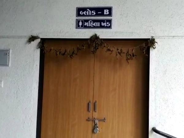 શહેરના લાલબાગ બ્રિજ નીચેના રેન બસેરાનેં તાળુ મારી દેવાયું છે. - Divya Bhaskar