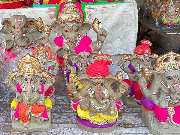 પાલનપુરની બજારમાં મૂર્તિકારો દ્વારા ભગવાન ગણેશજીની માટીની મૂર્તિઓ બનાવવાની શરૂઆત કરાઈ. - Divya Bhaskar