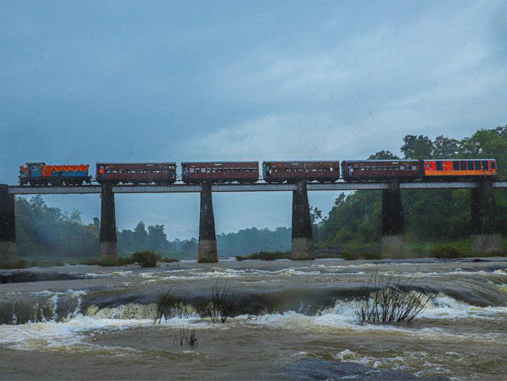આ તસવીર ડુંગરડા સ્ટેશન પાસેની નદીની અંદરથી લીધી છે. 1971માં આ જ સ્થળે 'આપ આયે બહાર આયી'  ફિલ્મનું શુટિંગ થયું હતું. - Divya Bhaskar