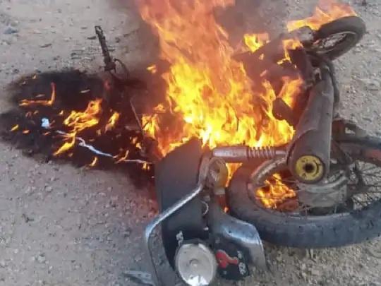પોલીસે જણાવ્યું કે, આત્મઘાતી હુમલાખોરે ચેકપોસ્ટ પર અમારી કારને મોટરસાઇકલની ટક્કર મારી હતી, ત્યારબાદ જોરદાર વિસ્ફોટ થયો હતો. - Divya Bhaskar