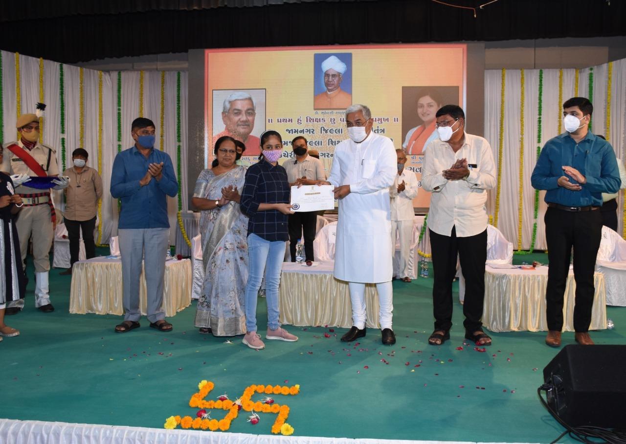 શિક્ષક દિન નિમિત્તે જામનગરમાં જિલ્લા અને તાલુકા કક્ષાના શ્રેષ્ઠ શિક્ષકોનો સન્માન સમારોહ કાર્યક્રમ યોજાયો જામનગર,Jamnagar - Divya Bhaskar