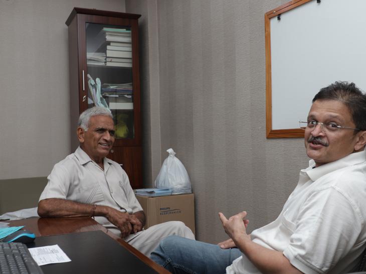 સુરતના શિક્ષકે પોતાના વિદ્યાર્થીના નામની ઘરે તકતી લગાવી - 'ઇમરજન્સીમાં મારી હેલ્થના નિર્ણયો ડો. કલ્પેશ જ લેશે' સુરત,Surat - Divya Bhaskar