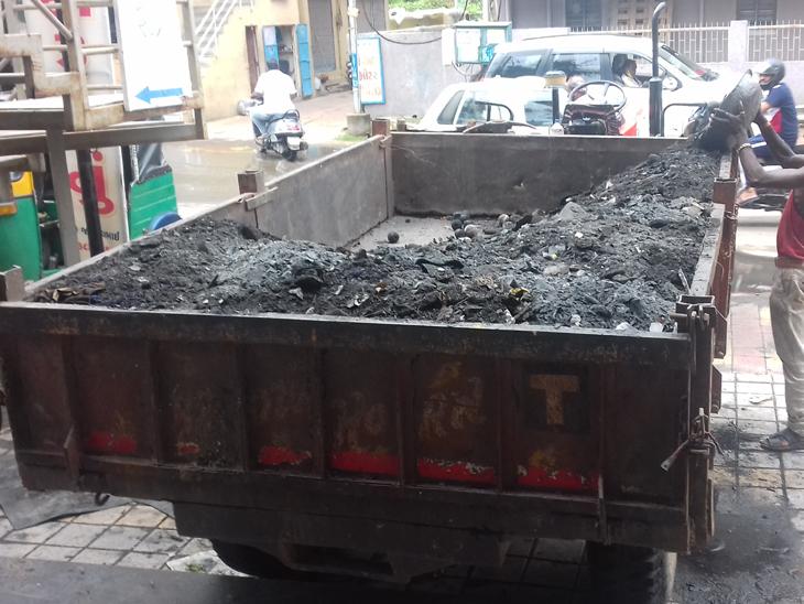 આગમાં ભસ્મીભૂત ફટાકડાની દુકાનના કાટમાળનો દિવસો પછી નિકાલ - Divya Bhaskar
