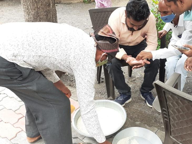 કુકુરમુંડાના મોરંબામાં રેશનિંગની દુકાનમાં ચેકિંગ કરી રહેલા અધિકારીઓ - Divya Bhaskar