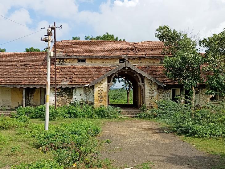 જસદણનું રેલવે સ્ટેશન ફરીથી ટ્રેનના આવાગમનથી ધમધમે તેવી પ્રજાની ઇચ્છા. - Divya Bhaskar