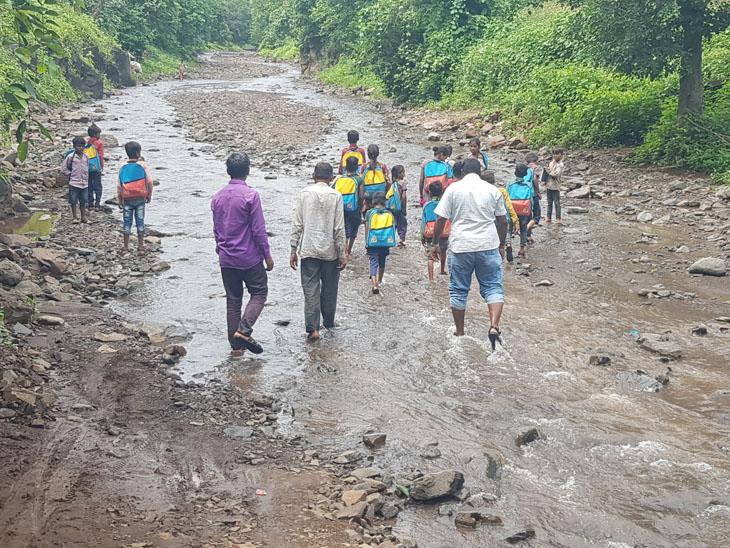 ડુંગરા-કાદવ ખુંદીને આદિવાસી બાળકોને રોજ ભણાવવા જાય છે, કાચા રસ્તા પર જીવના જોખમે પણ ફરજ નિભાવે છે નસવાડી,Nasvadi - Divya Bhaskar